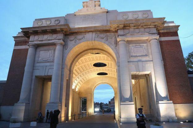 En este arco, ubicado en la ciudad belga de Ypres, están los nombres de los miles de soldados que fueron reportados como desaparecidos. GETTY IMAGES
