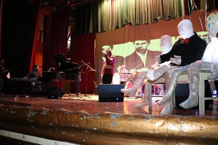 Fernando Lopez y su banda presentaron los poemas de Roberto Obregon pero transformados en canciones. (Foto Prensa Libre: María José Longo)