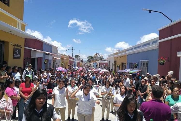 Pobladores de Mixco se reúnen para participar en los actos de inauguración de la calle peatonal. (Foto Prensa Libre: Oscar García).