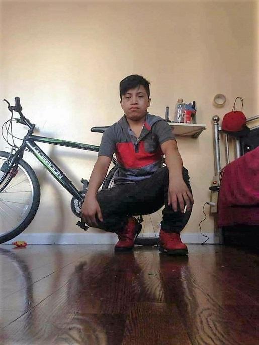 Una imagen publicada en redes sociales por el menor guatemalteco, junto a su bicicleta. (Foto Prensa Libre: Facebook)