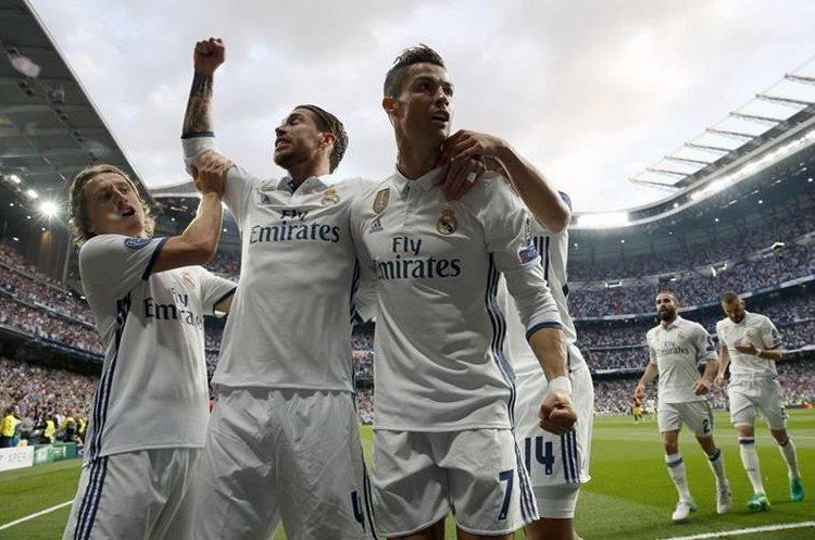 Cristiano sonríe junto a Sergio Ramos después de abrir el marcador contra el Atlético.