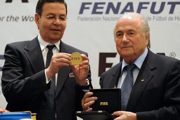 El expresidente hondureño Rafael Callejas durante un acto junto al suizo Joseph Blatter. (Foto Prensa Libre: Hemeroteca)