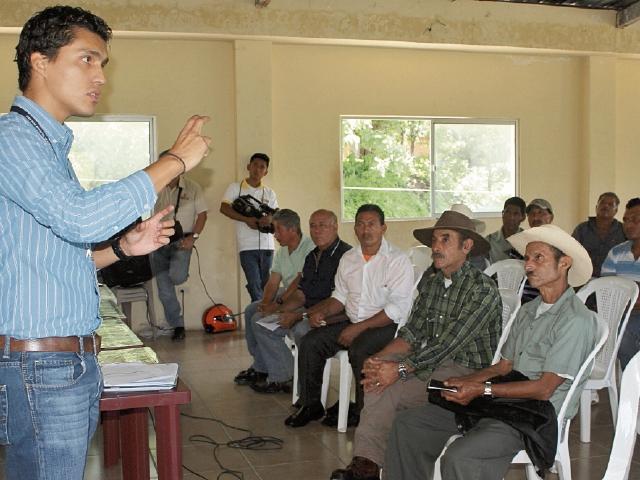 Entidades de Gobierno conciencian a vecinos de Jutiapa  para que no cometan delito de robo. (Foto Prensa Libre: Óscar González)