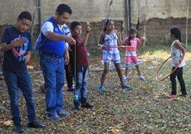 Niños y adultos disfrutan de algunos de los juegos tradicionales que en la actualidad ya casi no se preactican. (Foto Prensa Libre: Esbin García)