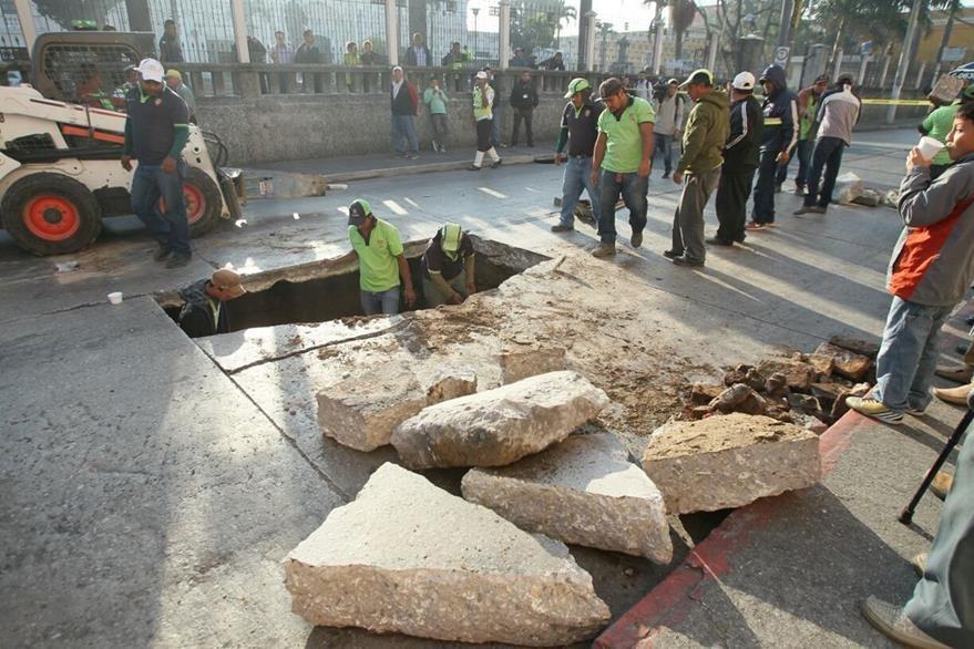 Personal de la Municipalidad de Guatemala evalúa el agujero para repararlo. (Foto Prensa Libre:  Érick Ávila)