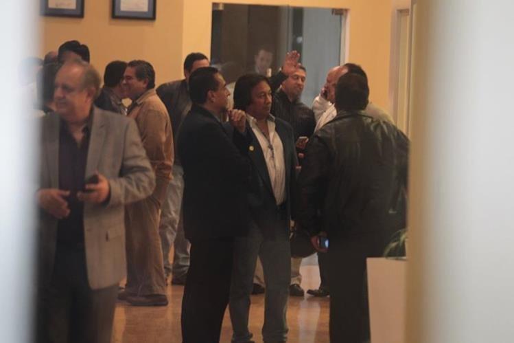 Unos 26 asambleístas estuvieron presentes en la reunión realizada en CDAG. (Foto Prensa Libre: Norvin Mendoza).
