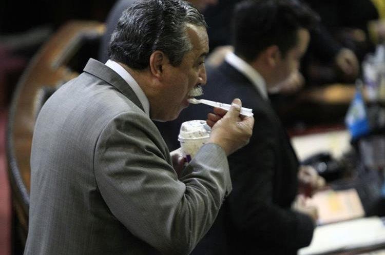 Manuel Conde Orellana, del partido PAN y quien votó en contra del antejuicio, no dejó pasar la oportunidad para comer el helado.