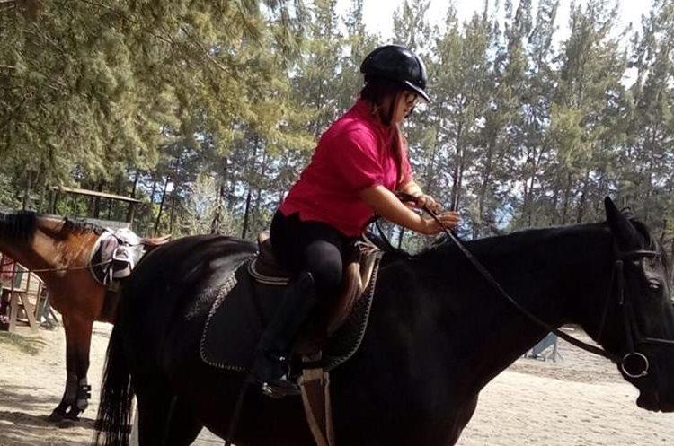 A Isabella le encanta asistir a sus clases de equitación. (Foto Prensa Libre, cortesía de Anabella Guzmán).