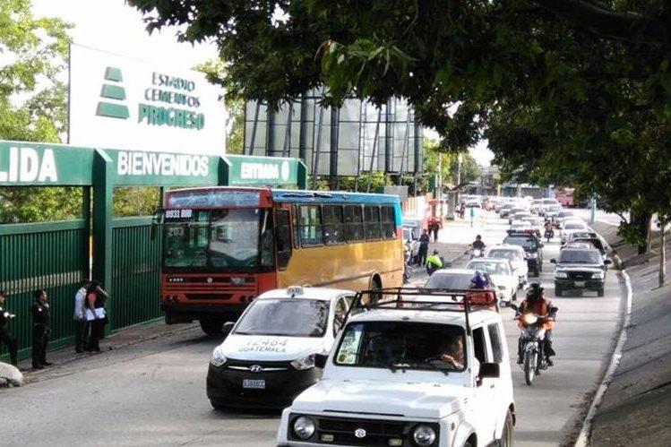 El bus de la ruta 203 quedó detenido en medio del tránsito de la zona 6, luego que el piloto fuera atacado a balazos. (Foto Prensa Libre: Oscar Rivas)