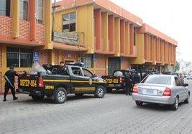 Agentes de la PNC efectúan operativos en diferentes municipios de Sololá, en busca de que mantener el orden durante las elecciones. (Foto Prensa Libre: Ángel Julajuj)