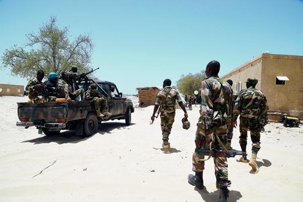 Los soldados de Nigeria patrullan en su lucha contra militantes de Boko Haram. (Foto Prensa LIbre:AFP).