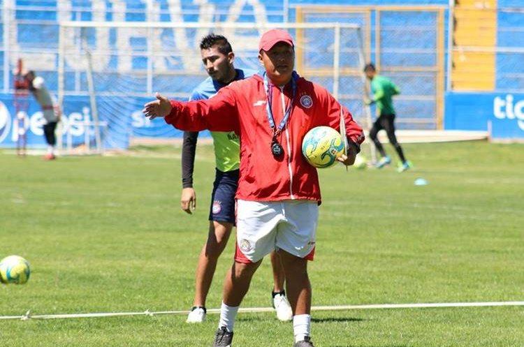En su primer día de trabajos, El chino Vásquez tuvo a cargo los trabajos de espacios reducidos donde exigió mayor intensidad a los jugadores de Xelajú. (Foto Prensa Libre: Raúl Juárez)