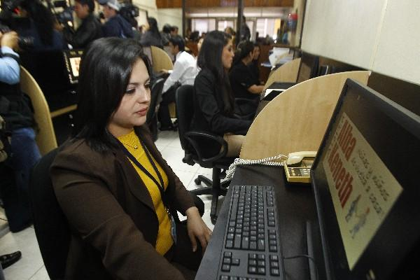 Personal labora en las nuevas instalaciones del sistema de atención permanente de la alerta Alba Keneth ubicadas en la zona 1 capitalina.