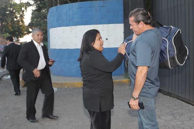 """Silvia Bonilla (centro), abogada del expresidente Antonio Saca, critica a la Fiscalía por """"arruinar la boda"""", del hijo de Saca. (Foto: La Prensa Gráfica)."""