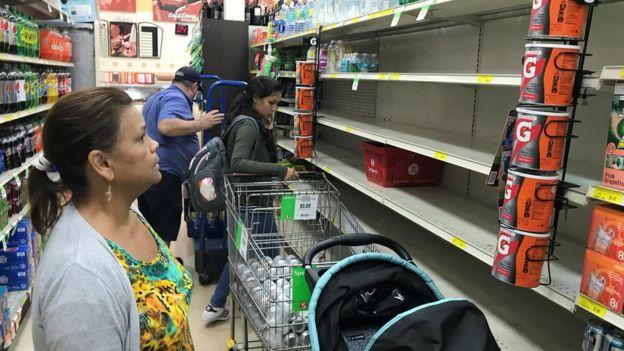 Supermercados de la mayoría de países que podrían verse afectados por el paso de Irma ya muestran estantes de víveres y agua vacíos, como en este de Miami, en Estados Unidos, a donde el huracán no llegaría hasta el fin de semana. (REUTERS/JOE SKIPPER)