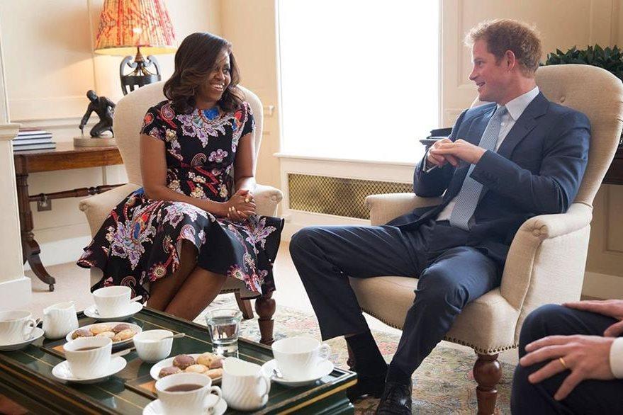 La señora de Obama tiene un gusto particular por los colores oscuros, siempre y cuando tengan un toque de color. (Foto Prensa Libre: EFE).