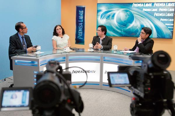 Los analistas Constanza Alarcón y Alejandro Quinteros —al centro— conversan con los periodistas Geovani Contreras y José Manuel Patzán, durante el programa Diálogo Libre.