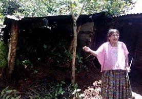 Una pobladora afectada muestra los daños de su vivienda, en Belejú, Chicamán. (Foto Prensa Libre: Héctor Cordero)