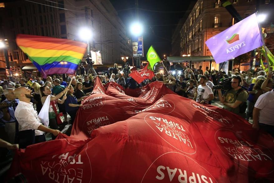 Decenas de manifestantes en favor de Syriza y su líder Alexis Tsipras, festejan en las calles luego de conocerse la victoria. (Foto Prensa Libre: AP).