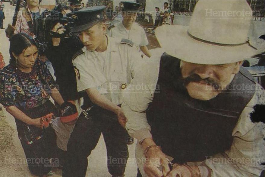 13/02/1999. Visiblemente molesto, el ex comisionado militar Cándido Noriega, luego de haber sido condenado a 220 años de prisión. (Foto: Hemeroteca PL).