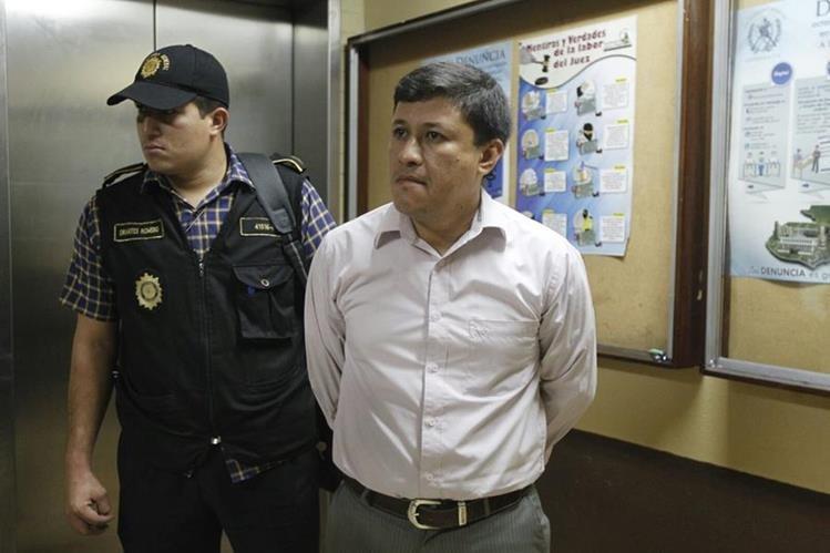 Jaime Mauricio Aguilar Garcia trabajador del Ministerio Público es capturado en la fiscalía de Amatitlán. (Foto Prensa Libre: Ministerio de Gobernación)