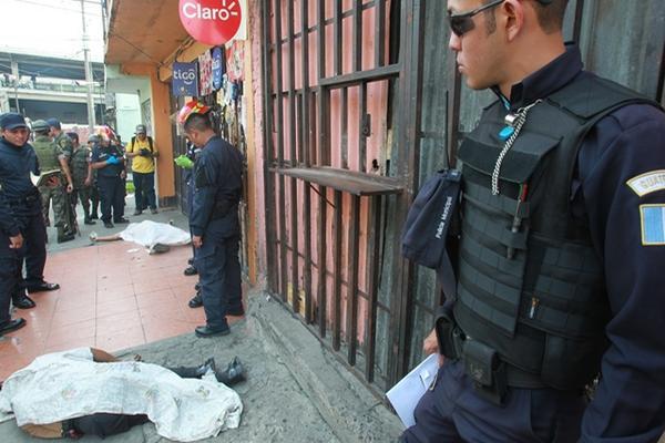 <p>Dos personas fueron asesinadas en un intento de asalto en la zona 12, una tercera persona dejó de existir en un centro asistencial. (Foto Prensa Libre: Estuardo Paredes)<br></p>