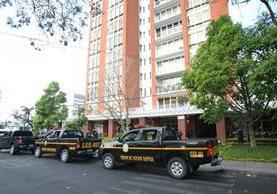 Autopatrullas de la PNC rodean las instalaciones de Grupo A, en avenida Reforma, zona 9 de la capital. (Foto Prensa Libre: Érick Ávila)