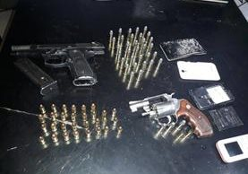 Armas y celulares incautados. (Foto Prensa Libre: PNC)