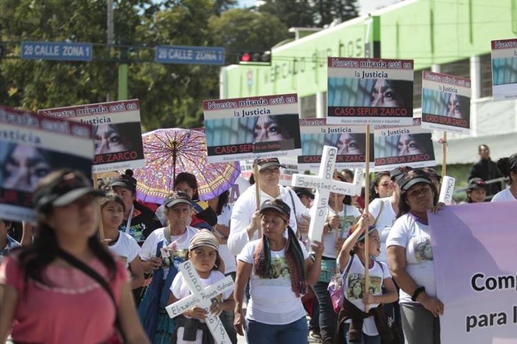 Mujeres portan cruces y pancartas donde piden justicia en el caso Sepur Zarco, en el marco del D'a Internacional de la Eliminaci—ón de la Violencia contra la Mujer. (Foto Prensa Libre: Hemeroteca PL)