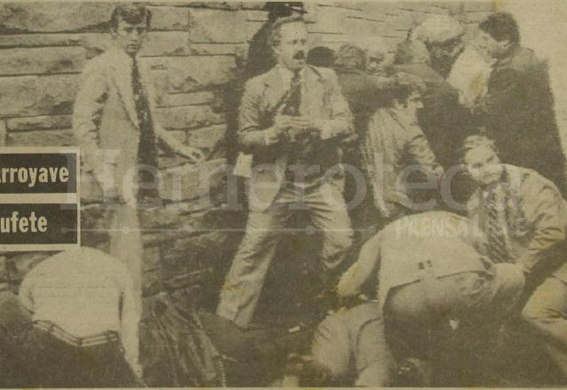 Detalle de la portada de Prensa Libre del 31/3/1981. El secretario de Prensa de la Casa Blanca, Jim Brady y uno de los agentes heridos durante el atentado son atendidos en el lugar del hecho. (Foto: Hemeroteca PL)