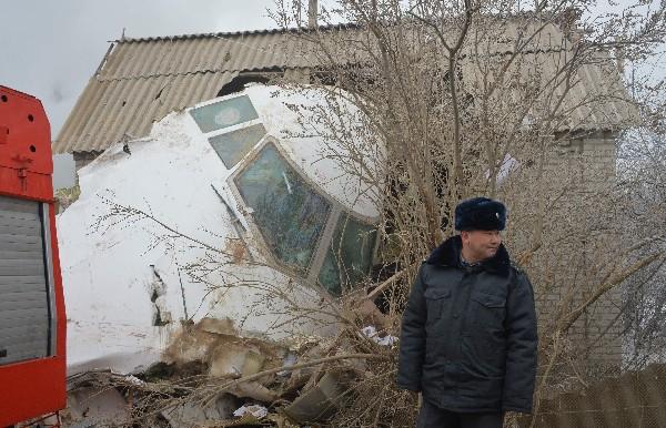 Parte de la cabina del avión quedó sobre una vivienda. (AFP).