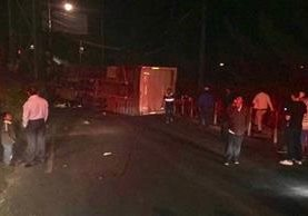 Camión volcado en entrada a Ciudad Satélite, zona 9 de Mixco. (Fotos Prensa LIbre: Óscar Rivas)