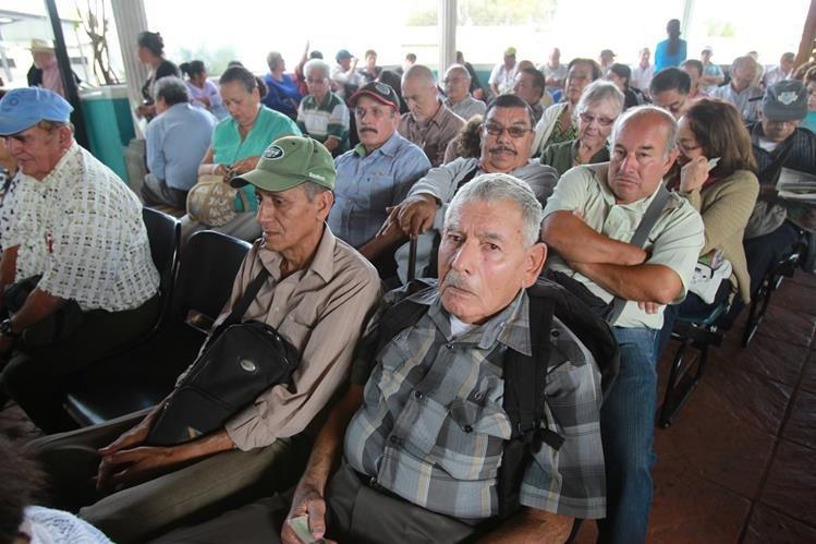 En sillas de ruedas o con bastón, los pensionados llegan al Camip Barranquilla en demanda de atención. (Foto Prensa Libre: E. Paredes)
