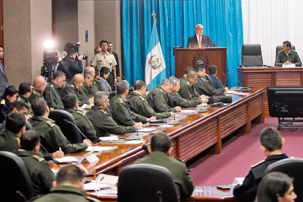 Pérez Molina habla ante los comandantes regionales y territoriales, así como otros jefes y directores, en el Ministerio de la Defensa.