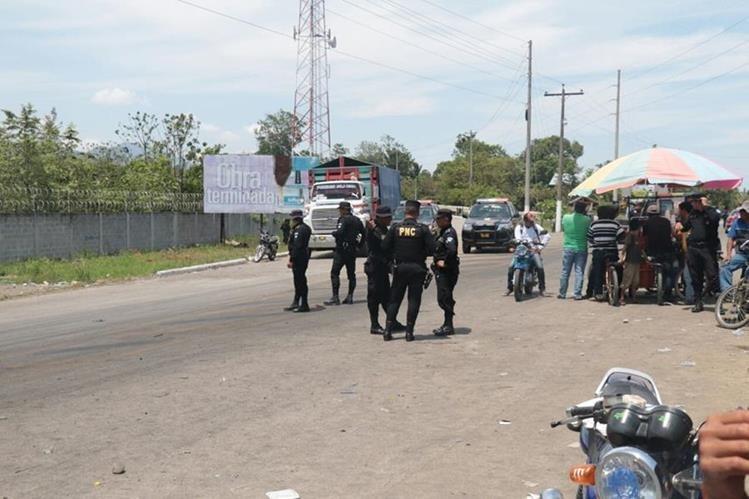 Los pescadores artesanales depusieron de los bloqueos en el ingreso a la minera.(Foto Prensa Libre: Dony Stewart)