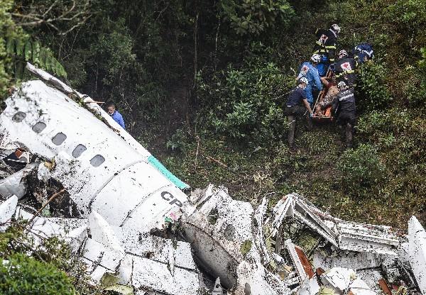 Rescatistas busca a víctimas del tragedia aérea en Medellín,Colombia. (AP).