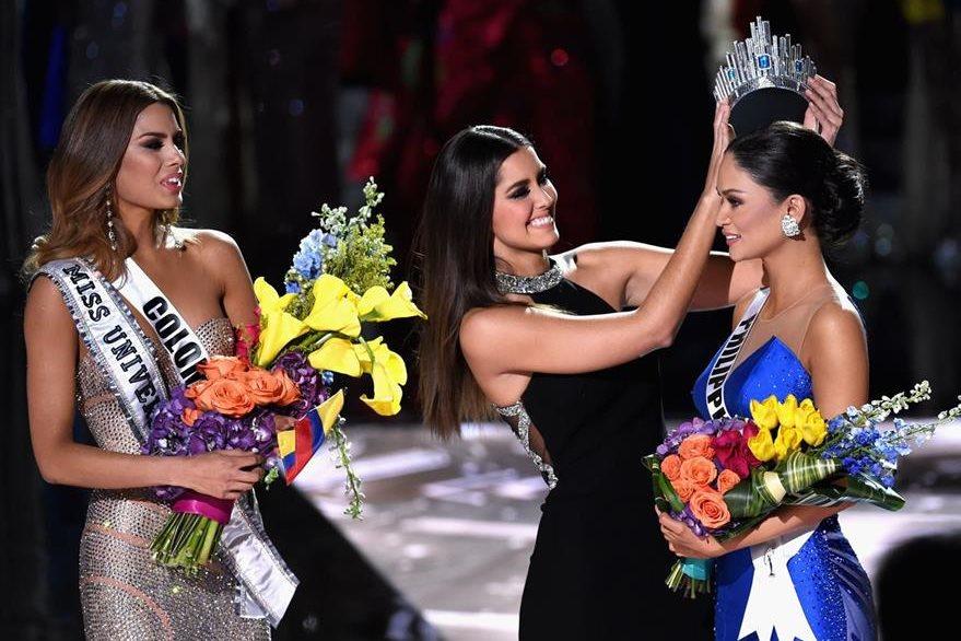 Paulina Vega corona a Pia Alonzo, Miss Filipinas, como Miss Universo, después de retirársela a Ariadna Gutiérrez, Miss Colombia.