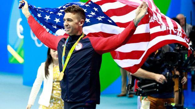 Ervin celebró su medalla con el público. (ALL SPORT/GETTY)