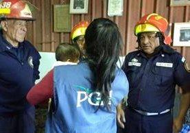 Personal de la PGN recibe a menor reportada como desaparecida en Villa Lobos Uno. (Foto Prensa Libre: PGN)