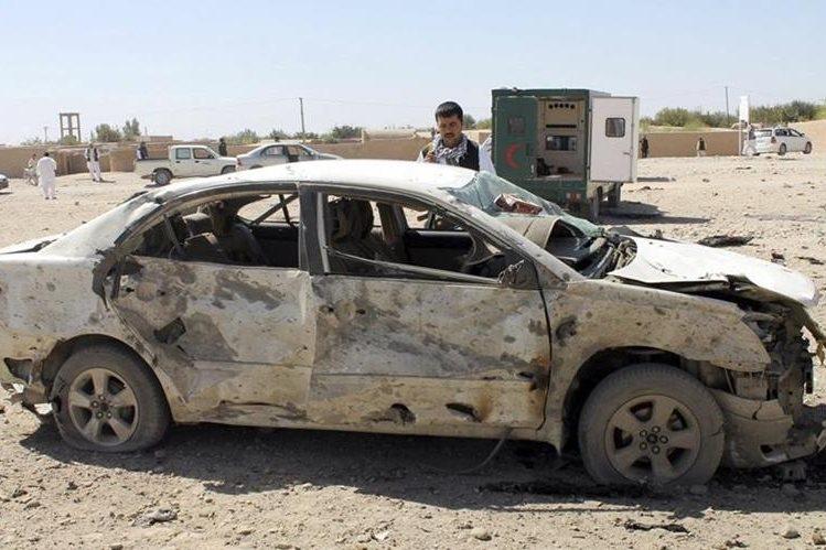 Investigadores inspeccionan el lugar donde ocurrió el atentado con un carro bomba. (Foto Prensa Libre: EFE).