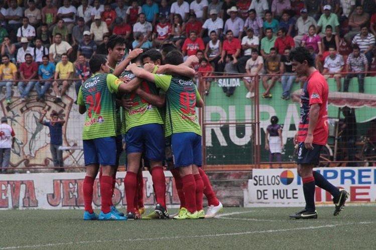 Los jugadores de Municipal festejan luego de la anotación. (Foto Prensa Libre: Cortesía Rojos Municipal)