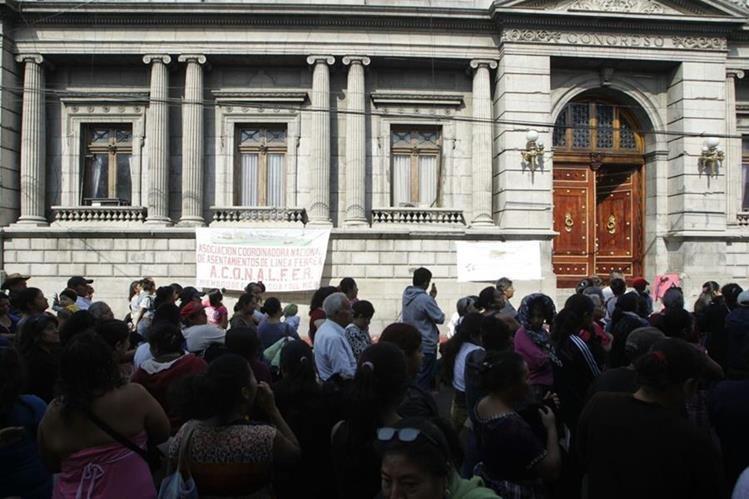 Decenas de personas piden que sean legalizados los terrenos que ocupan. (Foto Prensa Libre: Edwin Bercián)