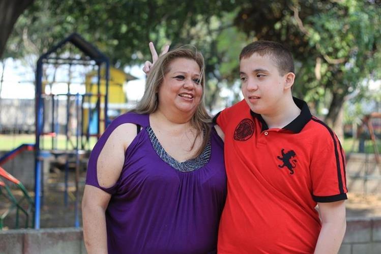 Nancy Nineth Ramírez junto a Marco Antonio, quien padece hipoxia cerebral y dislalia. (Foto Prensa Libre: Esbin García)