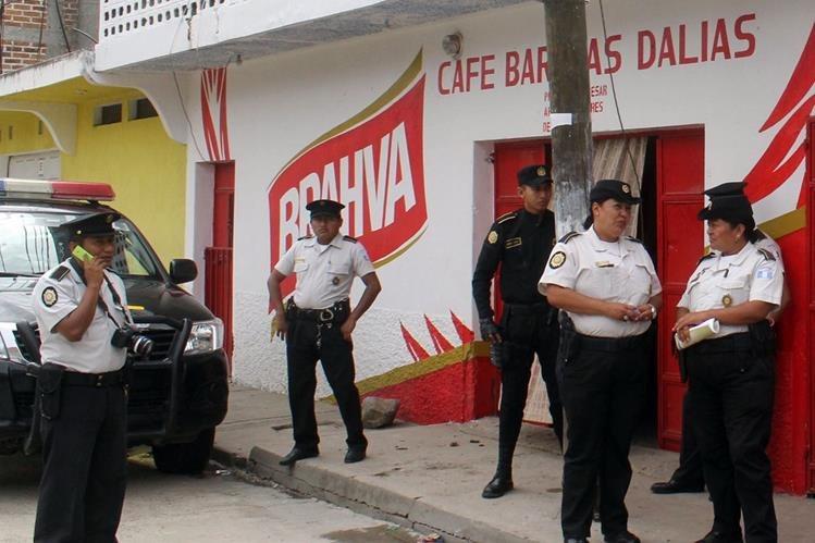 Agentes de la PNC notifican a administradores y dueños de negocios de que no podrán vender bebidas alcohólicas desde las 12 horas del sábado. (Foto Prensa Libre: Hugo Oliva)