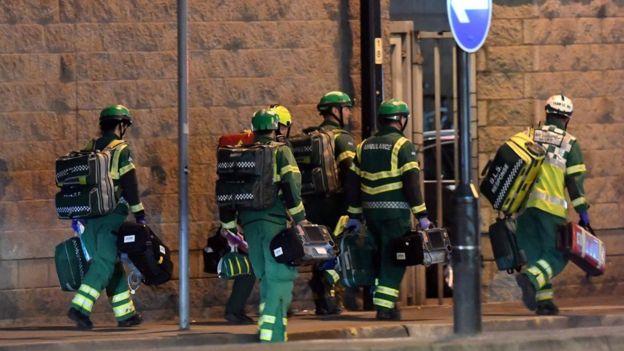 Los asistentes relataron escuchar un fuerte ruido y que después el pánico se apoderó de la gente. AFP