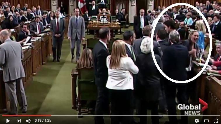 Captura del video que muestra el momento del codazo.