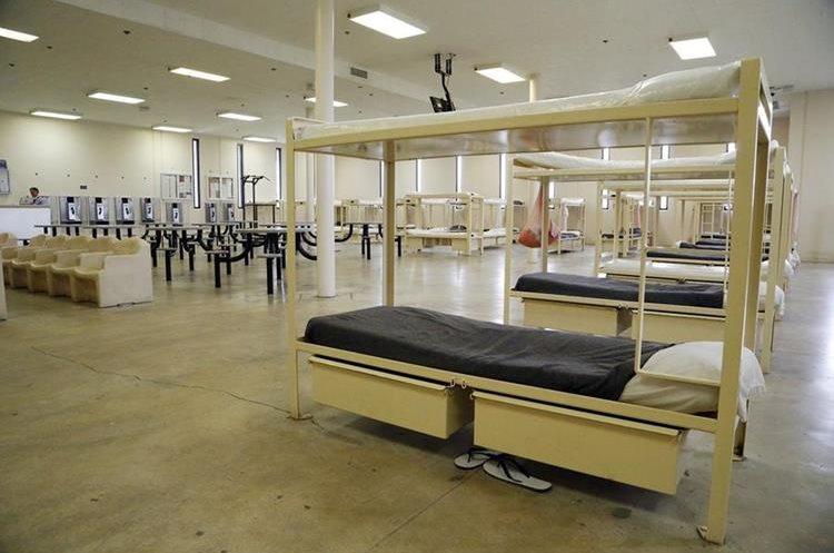 Dormitorios para los detenidos del Centro de Detención Krome, en Miami. (Foto Prensa Libre: José A. Iglesias/El Nuevo Herald).