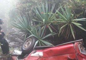 Vehículo quedó destruido en el barranco, en Chiantla. (Foto Prensa Libre: Mike Castillo).
