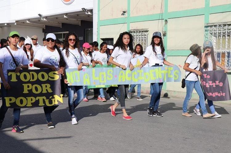En la caminata participaron hombres, mujeres y niños. (Foto Prensa Libre: Rigoberto Escobar)