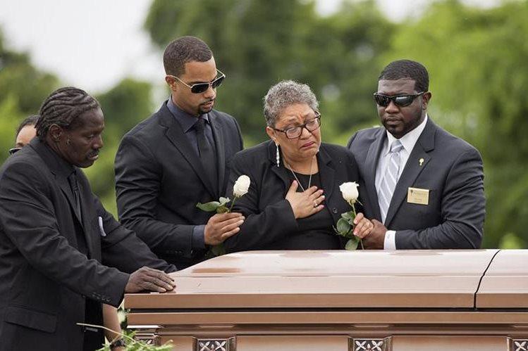 <em>Familiares lloran sobre el féretro de Ethel Lance, de 71 años. (Foto Prensa Libre: AP).</em>